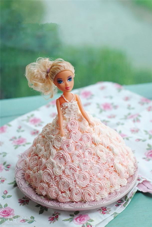 每个女孩都有一个公主梦,就像芭比娃娃那样,假日里如果能和妈妈一起,自己为芭比娃娃配上最美丽的衣裙,亲手制作一个芭比娃娃蛋糕,作为拜访朋友的礼物或者招待亲友的甜点,真是太合适不过了。圆孩子的一个梦想,带给孩子梦幻般的快乐,不要犹豫,花上2个小时的时间,甜蜜享受一下亲子的时光吧!  幸福不是买来的,而是亲手做出来的! 品味一块质地松软的蛋糕,让沁人心脾的芬芳和回味无穷的香甜在你的唇齿间久久萦绕,缱绻流连,让舌尖所有甜蜜的回忆在瞬间唤醒,让味蕾上所有的激情在那一刻绽放芭比,亲手做一份点心,和孩子们一起分享。