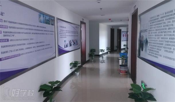 清華IT-思途教育位于環境幽雅、學術氛圍濃厚的長沙市職業教育基地,擁有一流的教學及相關配套設施,是清華大學繼續教育學院授權成立的專業化IT培訓學校。  接待室  教室外走廊  室內運動場地  寬敞的道路  學院操場  上課教室