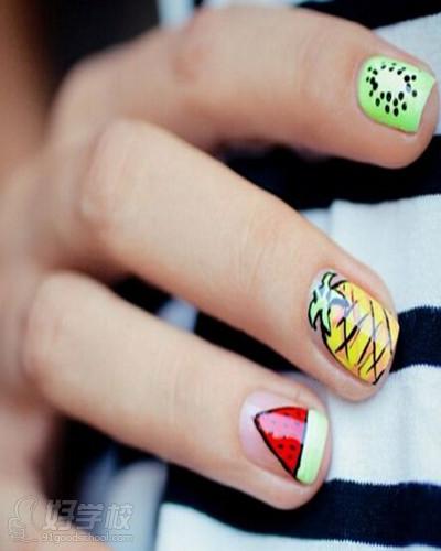 女生美甲图,清新的指甲油作打底效果,再分别在指甲上勾画出水果图案